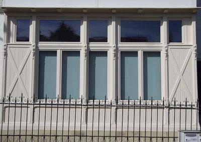 Fenêtre bois laqué RAL 9001 avec Stores intérieurs