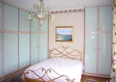 Placard portes ouvrantes et coulissantes, vitres laquées