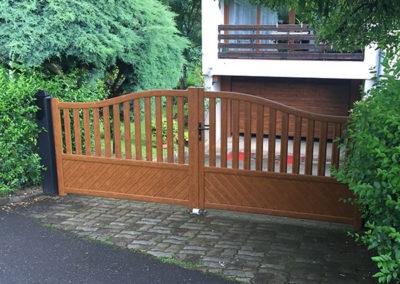 Portail PVC imitation bois.